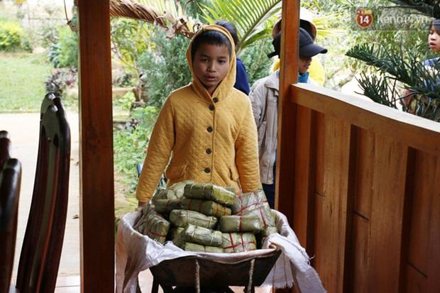 Cảm động thầy cô vùng cao góp tiền nấu bánh chưng tặng học sinh - Ảnh 5.