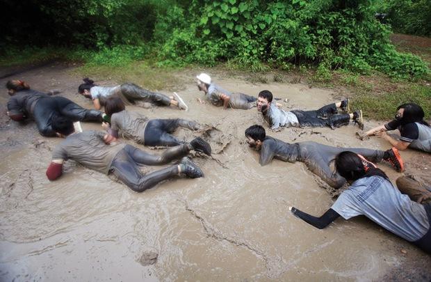 Sinh viên Thái Lan ám ảnh với những trò chơi nhập môn bạo lực, tàn nhẫn - Ảnh 6.