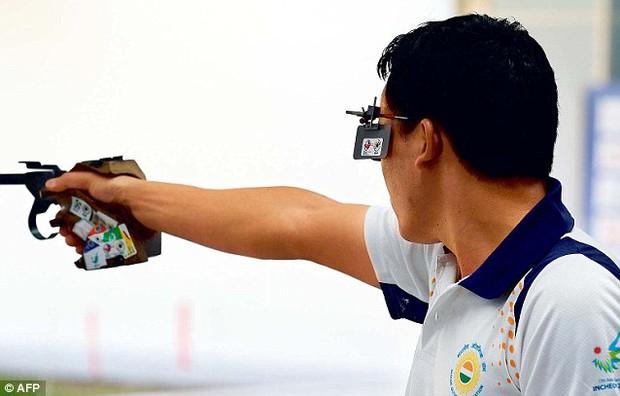 Xạ thủ Hoàng Xuân Vinh từng giành HCB thế giới với khẩu súng đi mượn - Ảnh 2.