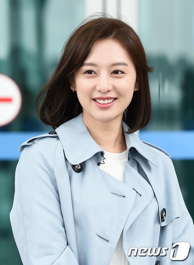 Bác sĩ quân y Kim Ji Won đọ sắc cùng người đẹp không tuổi Dara (2NE1) tại sân bay - Ảnh 5.