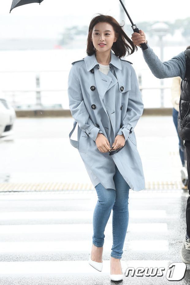 Bác sĩ quân y Kim Ji Won đọ sắc cùng người đẹp không tuổi Dara (2NE1) tại sân bay - Ảnh 1.