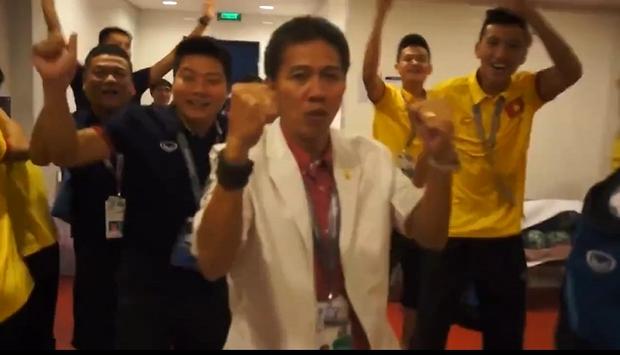 HLV Hoàng Anh Tuấn hôn quốc kỳ, U19 Việt Nam ăn mừng tưng bừng trong phòng thay đồ - Ảnh 2.
