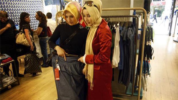 Sự xa hoa không tưởng đằng sau bộ quần áo Hồi giáo của các tiểu thư Ả Rập - Ảnh 4.