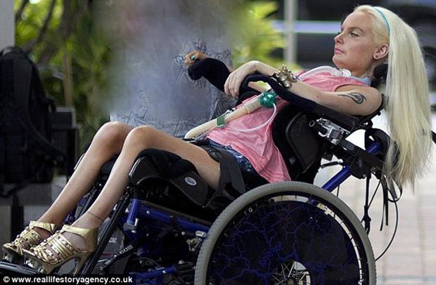 Búp bê sống bại liệt toàn thân nhưng vẫn chăm chỉ trang điểm mỗi ngày - Ảnh 4.