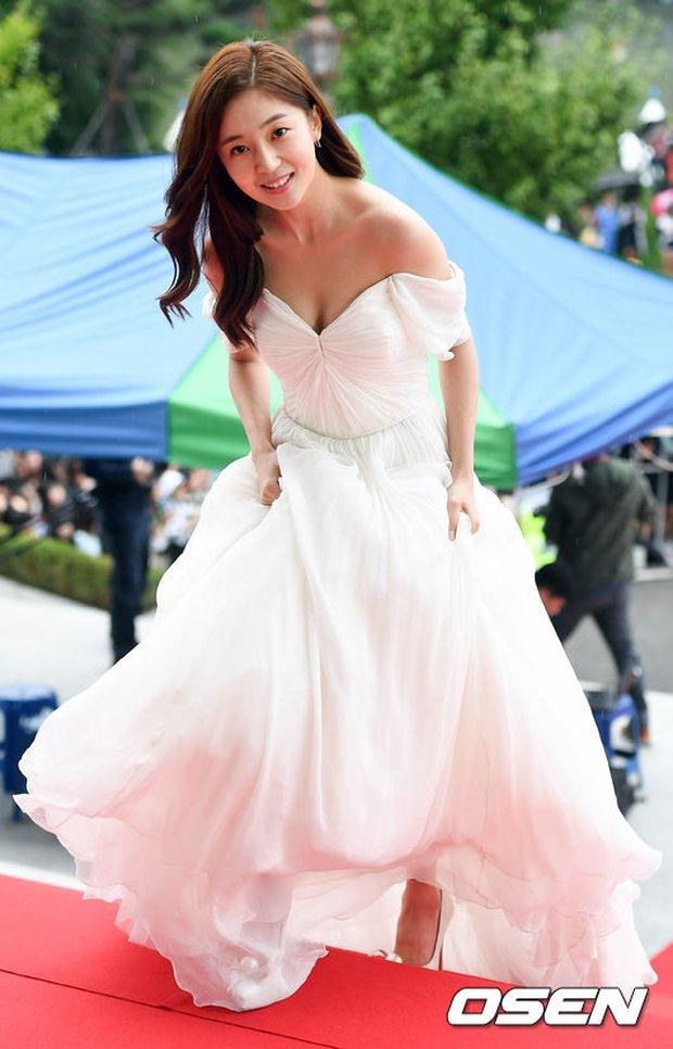 Thảm đỏ Oscar Hàn Quốc: Mỹ nhân đua nhau khoe vòng một, tân Hoa hậu - Á hậu bị chê kém sắc - Ảnh 2.
