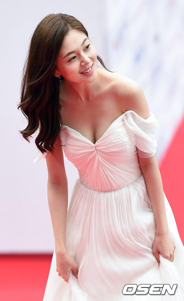 Thảm đỏ Oscar Hàn Quốc: Mỹ nhân đua nhau khoe vòng một, tân Hoa hậu - Á hậu bị chê kém sắc - Ảnh 3.