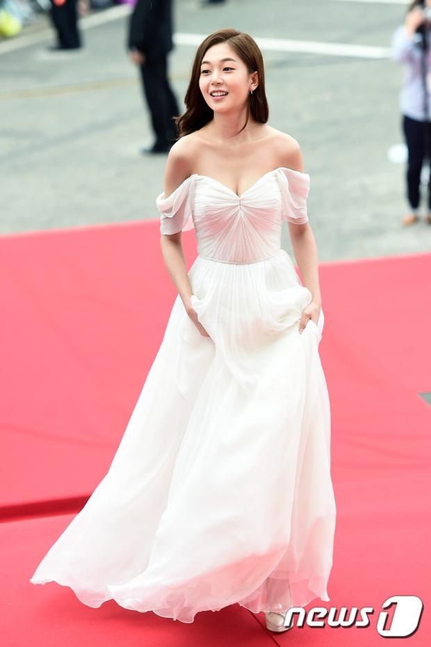 Thảm đỏ Oscar Hàn Quốc: Mỹ nhân đua nhau khoe vòng một, tân Hoa hậu - Á hậu bị chê kém sắc - Ảnh 1.