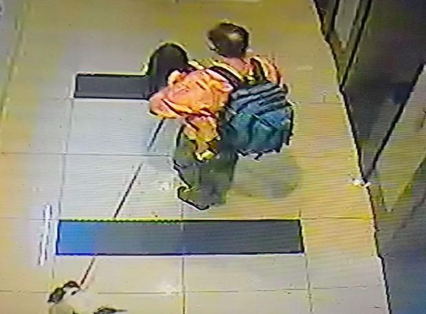 Hà Nội: Người mẹ nhờ cư dân mạng tìm tung tích con gái bị cha ngoại quốc đưa đi khỏi trường - Ảnh 2.