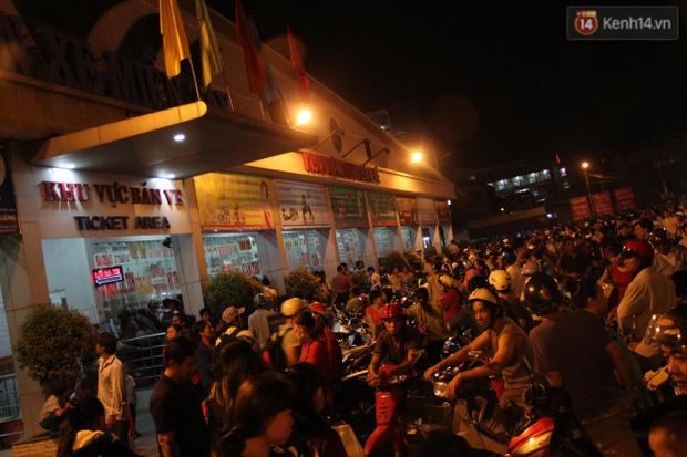 Người Sài Gòn lỉnh kỉnh đồ đạc về quê nghỉ lễ, cửa ngõ thành phố kẹt cứng - Ảnh 33.