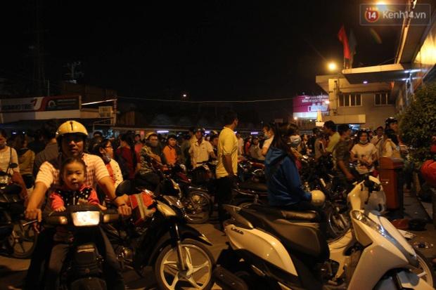 Người Sài Gòn lỉnh kỉnh đồ đạc về quê nghỉ lễ, cửa ngõ thành phố kẹt cứng - Ảnh 34.