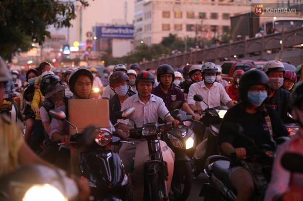 Người Sài Gòn lỉnh kỉnh đồ đạc về quê nghỉ lễ, cửa ngõ thành phố kẹt cứng - Ảnh 30.