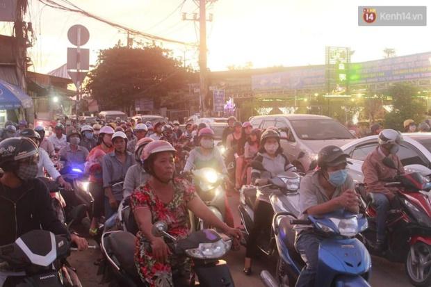 Người Sài Gòn lỉnh kỉnh đồ đạc về quê nghỉ lễ, cửa ngõ thành phố kẹt cứng - Ảnh 2.
