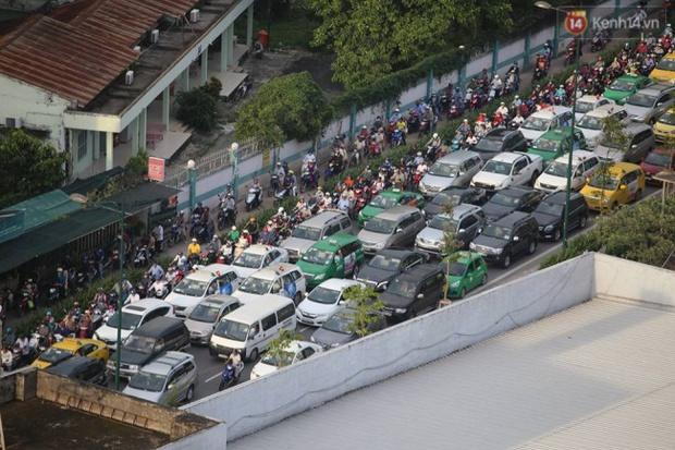 Người Sài Gòn lỉnh kỉnh đồ đạc về quê nghỉ lễ, cửa ngõ thành phố kẹt cứng - Ảnh 27.