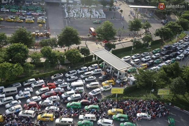 Người Sài Gòn lỉnh kỉnh đồ đạc về quê nghỉ lễ, cửa ngõ thành phố kẹt cứng - Ảnh 26.