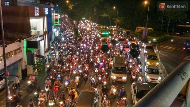 Người Sài Gòn lỉnh kỉnh đồ đạc về quê nghỉ lễ, cửa ngõ thành phố kẹt cứng - Ảnh 32.