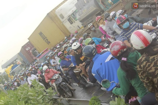 Người Sài Gòn lỉnh kỉnh đồ đạc về quê nghỉ lễ, cửa ngõ thành phố kẹt cứng - Ảnh 3.