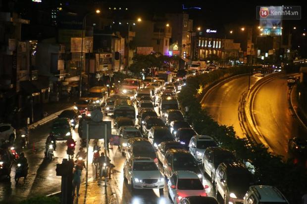 Khổ như dân công sở Sài Gòn ngày mưa lịch sử: cước Uber tăng gấp 5, 10h đêm vẫn chờ nước rút - Ảnh 8.