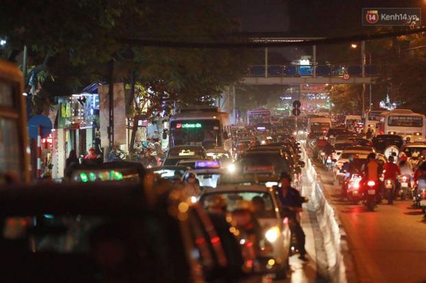 Hà Nội: Tắc đường nghiêm trọng nhiều giờ đồng hồ ở tuyến đường Tây Sơn - Chùa Bộc - Ảnh 1.