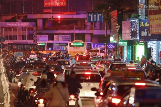 Hà Nội: Tắc đường nghiêm trọng nhiều giờ đồng hồ ở tuyến đường Tây Sơn - Chùa Bộc - Ảnh 6.