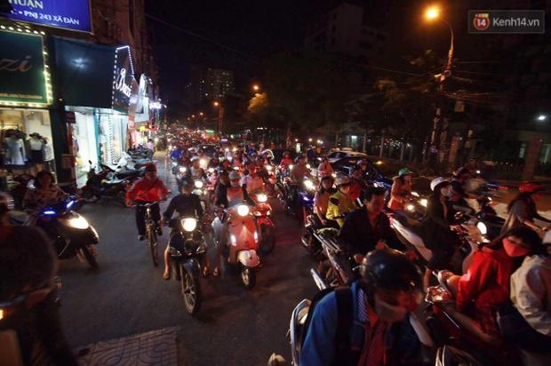Hà Nội: Tắc đường nghiêm trọng nhiều giờ đồng hồ ở tuyến đường Tây Sơn - Chùa Bộc - Ảnh 7.