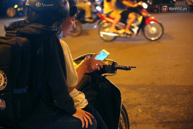 Chùm ảnh: Gần nửa đêm vẫn tắc đường vì người người đổ xô đi săn Pokemon - Ảnh 16.