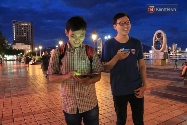 Chùm ảnh: Gần nửa đêm vẫn tắc đường vì người người đổ xô đi săn Pokemon - Ảnh 26.