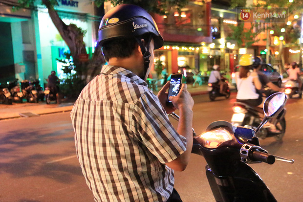 Chùm ảnh: Gần nửa đêm vẫn tắc đường vì người người đổ xô đi săn Pokemon - Ảnh 23.