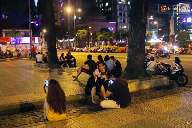Chùm ảnh: Gần nửa đêm vẫn tắc đường vì người người đổ xô đi săn Pokemon - Ảnh 19.
