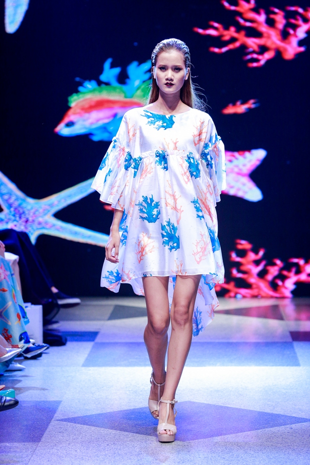 Thanh Hằng diện váy làm từ 25m vải lên sàn diễn của Adrian Anh Tuấn - Ảnh 5.