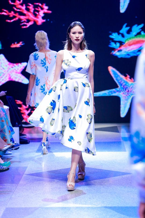 Thanh Hằng diện váy làm từ 25m vải lên sàn diễn của Adrian Anh Tuấn - Ảnh 7.