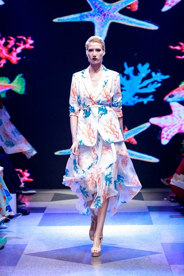 Thanh Hằng diện váy làm từ 25m vải lên sàn diễn của Adrian Anh Tuấn - Ảnh 8.