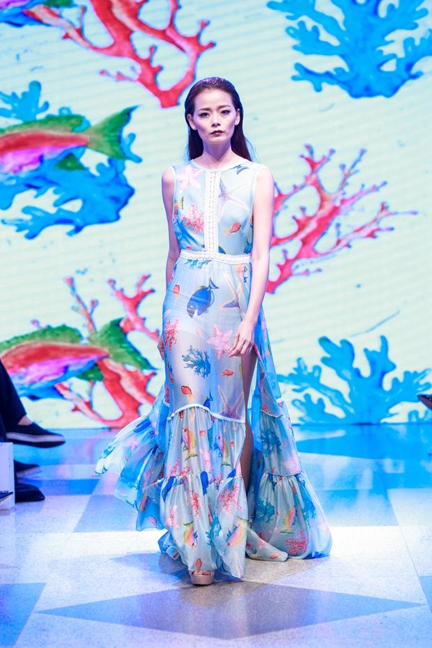 Thanh Hằng diện váy làm từ 25m vải lên sàn diễn của Adrian Anh Tuấn - Ảnh 11.