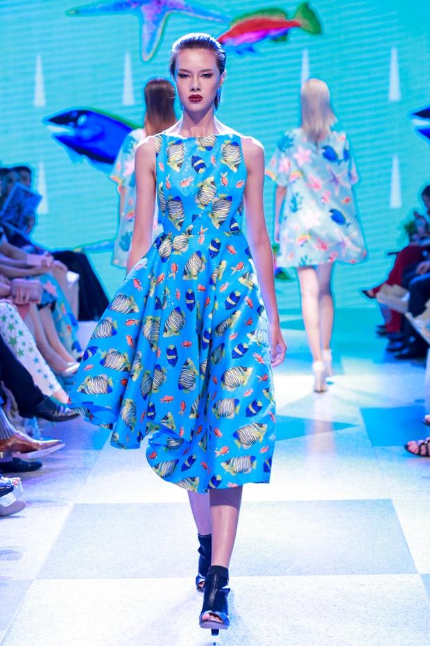 Thanh Hằng diện váy làm từ 25m vải lên sàn diễn của Adrian Anh Tuấn - Ảnh 13.