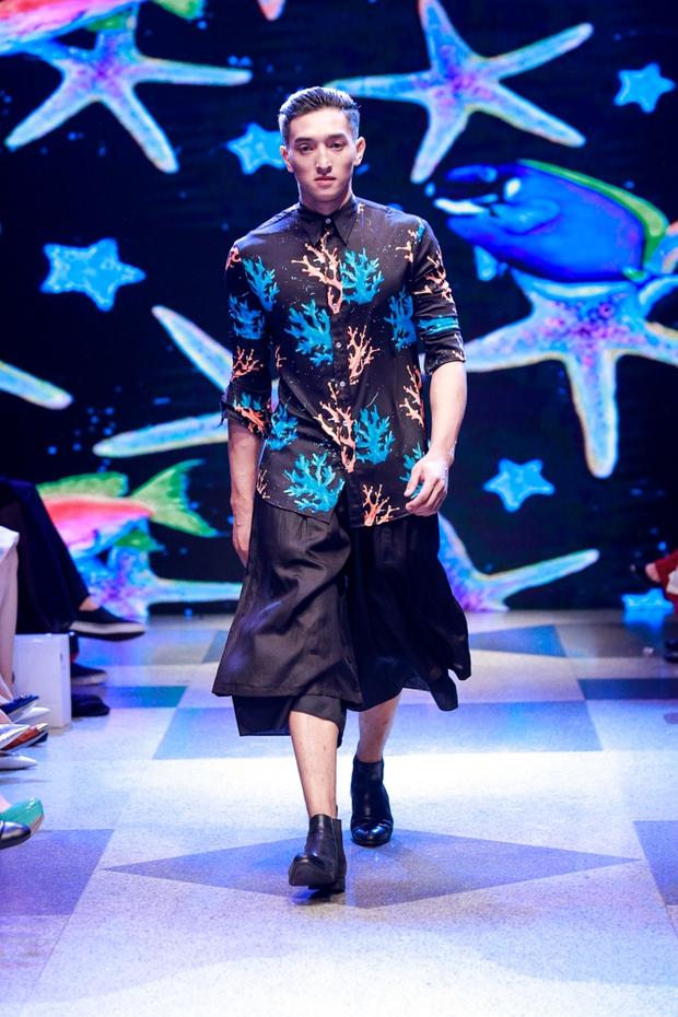 Thanh Hằng diện váy làm từ 25m vải lên sàn diễn của Adrian Anh Tuấn - Ảnh 15.