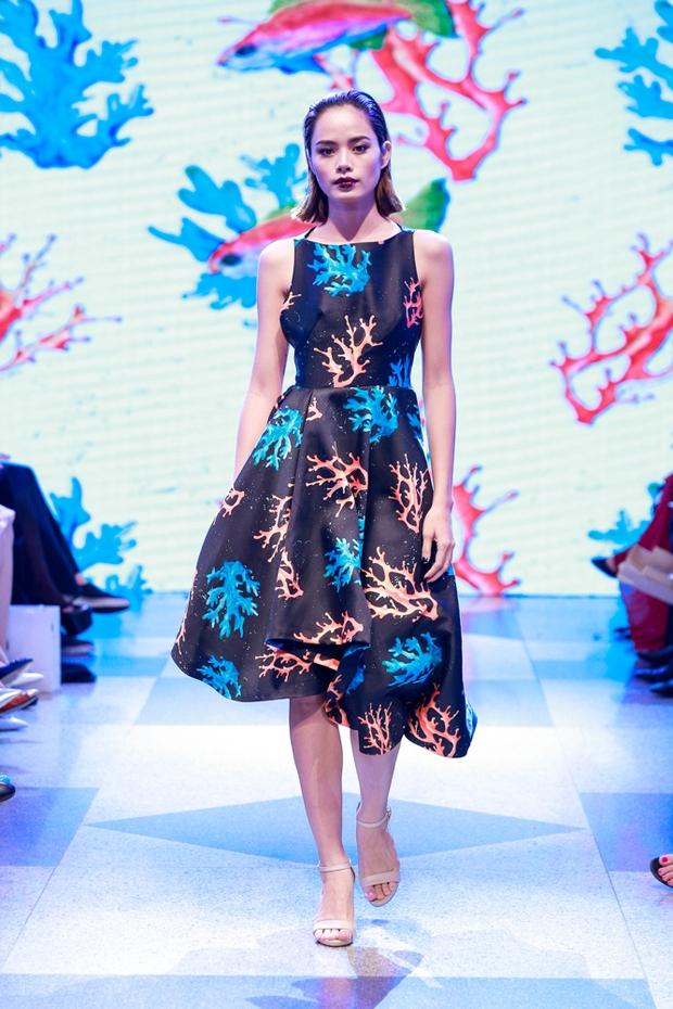 Thanh Hằng diện váy làm từ 25m vải lên sàn diễn của Adrian Anh Tuấn - Ảnh 16.