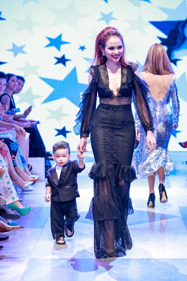 Thanh Hằng diện váy làm từ 25m vải lên sàn diễn của Adrian Anh Tuấn - Ảnh 22.