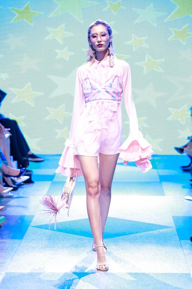 Thanh Hằng diện váy làm từ 25m vải lên sàn diễn của Adrian Anh Tuấn - Ảnh 24.
