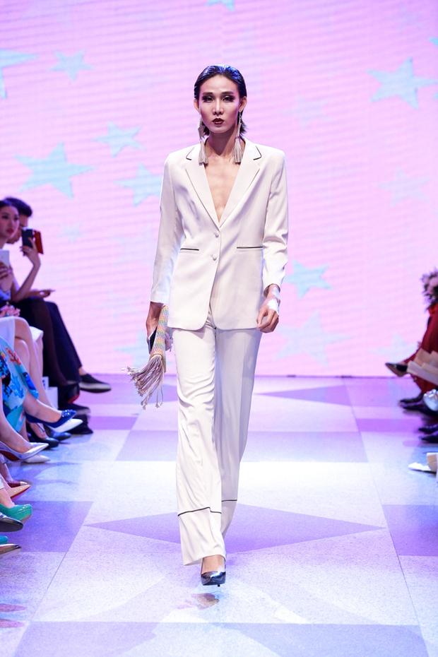 Thanh Hằng diện váy làm từ 25m vải lên sàn diễn của Adrian Anh Tuấn - Ảnh 25.