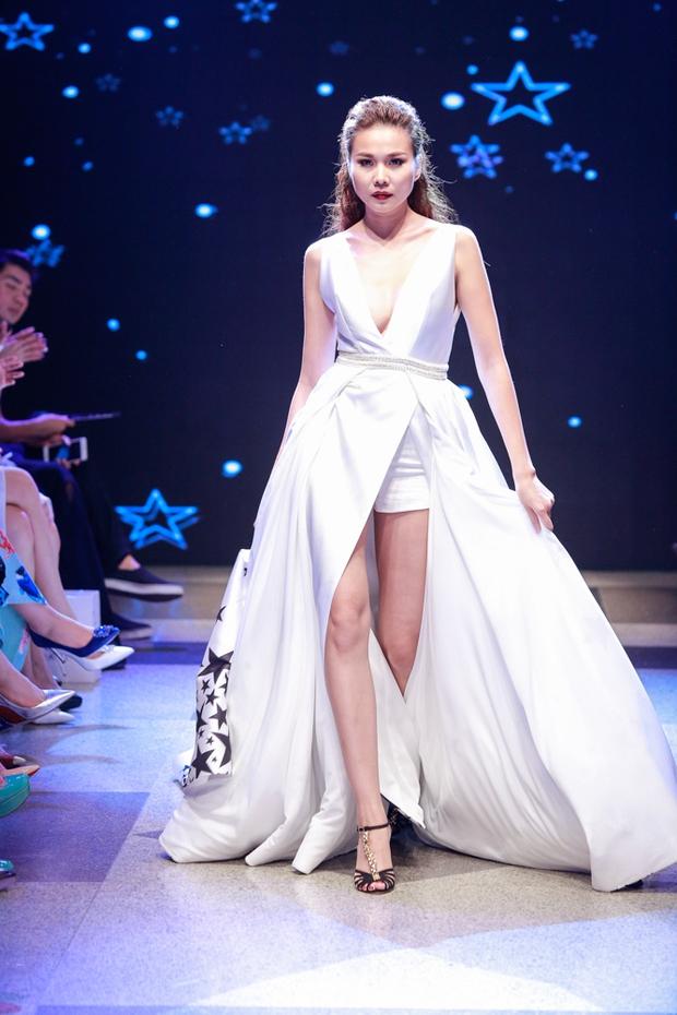 Thanh Hằng diện váy làm từ 25m vải lên sàn diễn của Adrian Anh Tuấn - Ảnh 32.