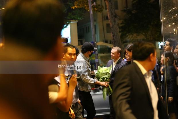 Clip: Bi Rain trở về khách sạn trong vòng vây nhiệt tình của fan Việt - Ảnh 4.