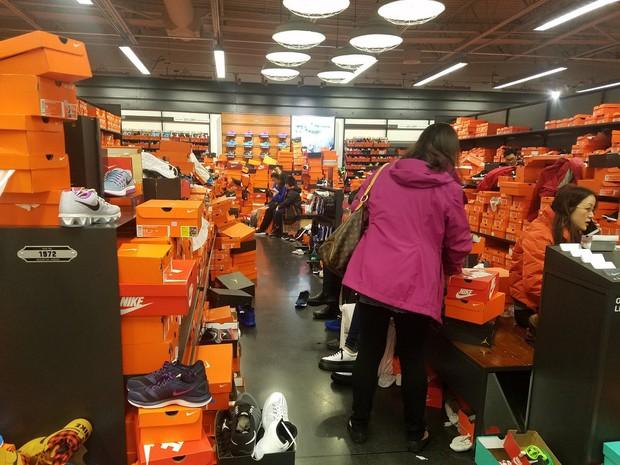 Cửa hàng Nike ở Mỹ bị bới tung, như vừa trải qua một trận động đất trong ngày Black Friday - Ảnh 4.