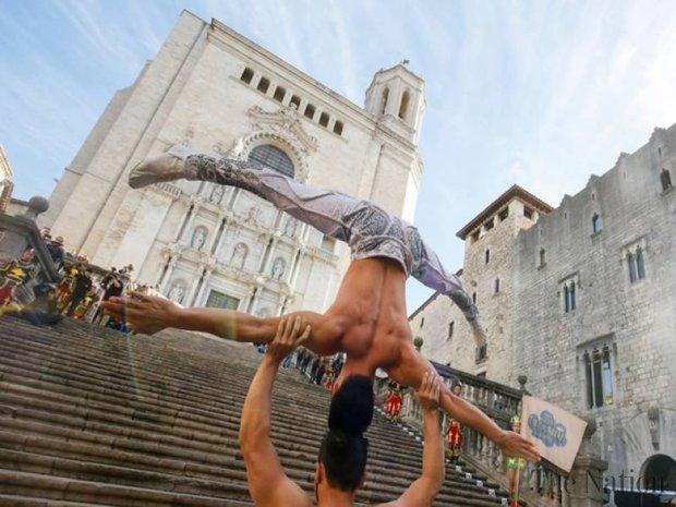 2 nghệ sĩ xiếc Việt Nam phá kỷ lục thế giới về giữ thăng bằng trên đầu và đi hết 90 bậc thang - Ảnh 2.