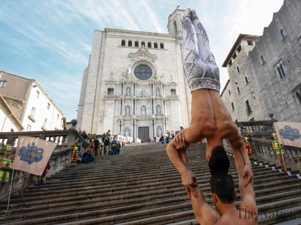 2 nghệ sĩ xiếc Việt Nam phá kỷ lục thế giới về giữ thăng bằng trên đầu và đi hết 90 bậc thang - Ảnh 3.