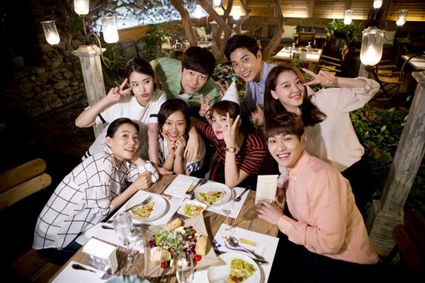 """""""Hậu Duệ Mặt Trời"""": Song Joong Ki """"say nắng"""" Song Hye Kyo từ cái nhìn đầu tiên - Ảnh 37."""