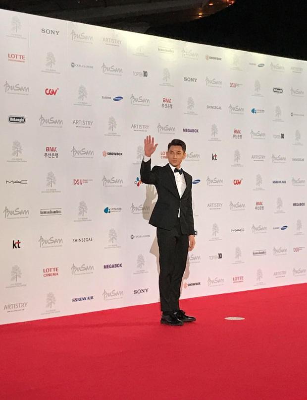 Isaac khoe ảnh dự tiệc cùng Lee Byung Hun, bất ngờ khi nhận giải thưởng từ LHP Busan - Ảnh 3.