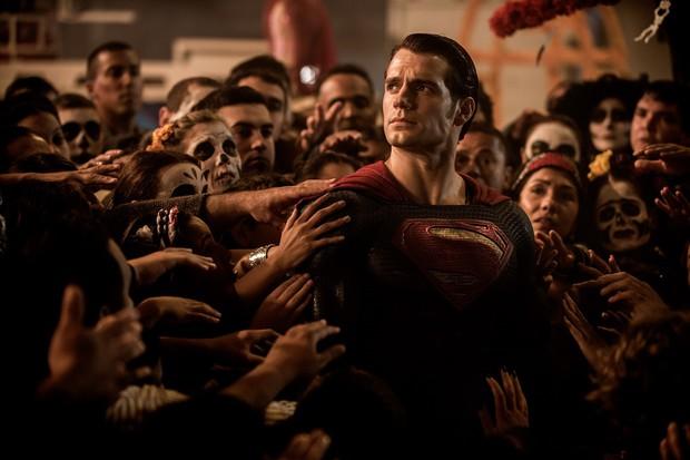 Phim hài của Melissa McCarthy hạ bệ Batman v Superman - Ảnh 6.