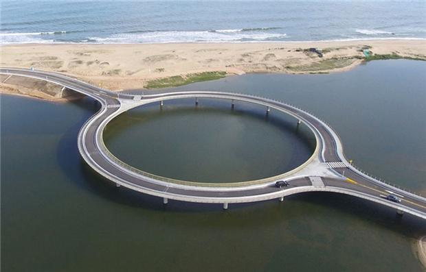 Kỳ lạ cây cầu hình tròn vừa đi vừa ngắm cảnh tại Uruguay - Ảnh 1.