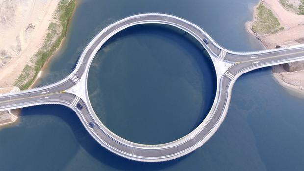 Kỳ lạ cây cầu hình tròn vừa đi vừa ngắm cảnh tại Uruguay - Ảnh 4.