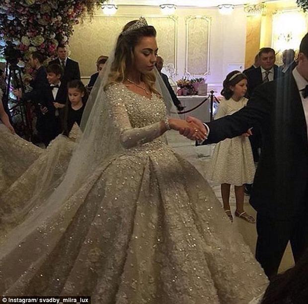Nghẹt thở trước độ xa hoa trong đám cưới hơn 22.000 tỷ của Lọ Lem phiên bản đời thực - Ảnh 3.