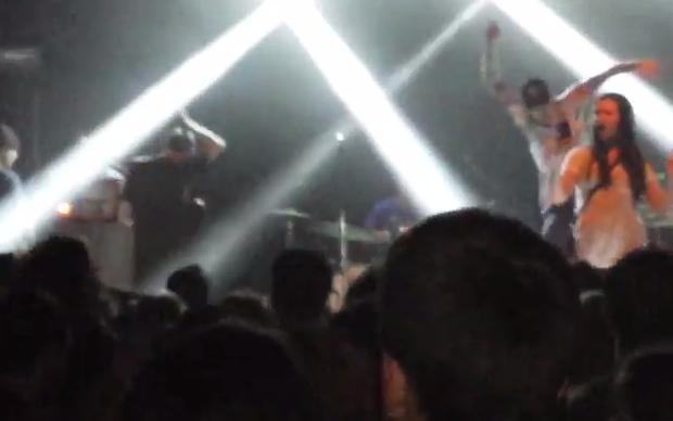 Video: Nam ca sĩ song phi, đạp ngã fan nữ lên sân khấu chụp ảnh tự sướng - Ảnh 2.